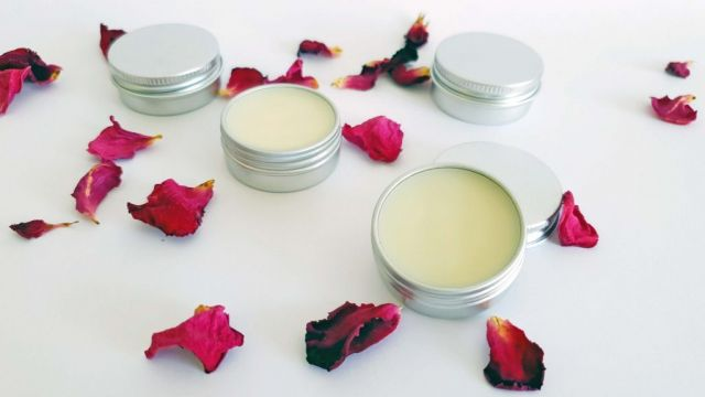The perfect lip balm recipe to me is quick, simple and super nourishing.  If like me, you need to carry a lip balm everywhere with you, have one in the car, one on the bedside table, one in the kitchen, one in all the places, then making you own is the best solution!  This simple recipe is great for refilling all your lip balm containers when they get empty.  It has just enough beeswax to stay solid in the car centre console but still has a lovely feel when the weather is cooler. Great fun to try out with the kiddies! This way you can feel safe when they apply it 1000 times in a day, you know all the ingredients are safe! Pair it with our large lip balm container selection for the perfect DIY gift🎁!  Lip balm containers and all the ingredients to make this recipe and many more from our store Link in bio #lowtoxlife #ditchandswitch #toxinfreeliving #toxinfreehome #healthyhome #Nontoxichome #notoxins #cleanproducts #nochemicals #greenproducts #environmentallyfriendly #diymakeup #diyskinscare #homemade #sustainableskinperth #Nontoxicskincare #greenbeautylover #organicbeauty #naturalbeautyproducts #sustainablebeauty #cleanbeautyrevolution #Lowtox #lowtoxliving  #cleanliving #cleanlivingmadesimple #bloomingmandala #toxfree #chemicalfree #chemicalfreeliving #diyrecipes